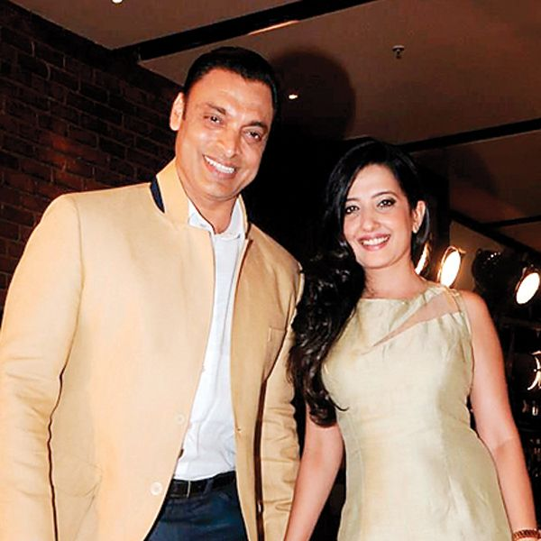shoaib-akhtar-with-his-wife