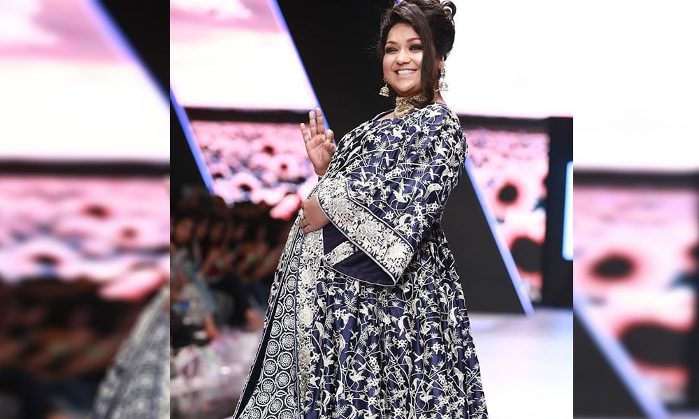 Birthday Cake With Name Uroosa ~ Uroosa siddiqui walks the ramp at fpw with baby bump veryfilmi